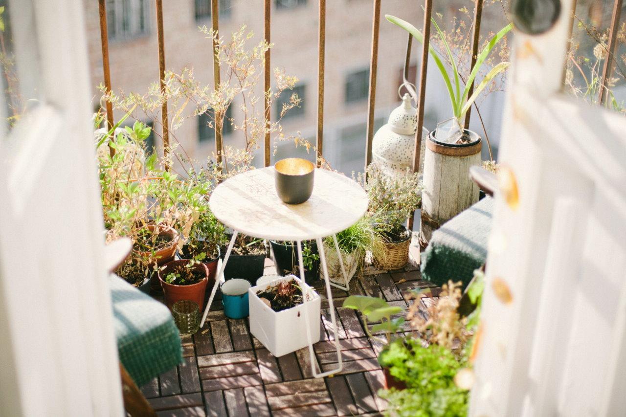 Jak stworzyć oazę spokoju na tarasie lub balkonie? Postaw na wygodne meble i sztuczną zieloną murawę!